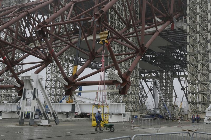 Construction of a new sarcophagus over Chernobyl NPP