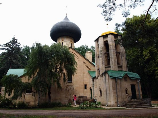 Church in Natalievka estate, Kharkov region, Ukraine photo 1