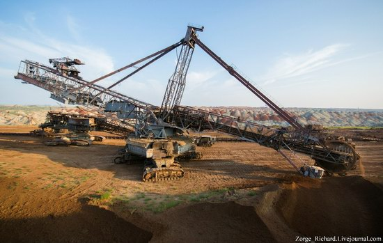 Post-apocalyptic mining machinery, Ukraine photo 12