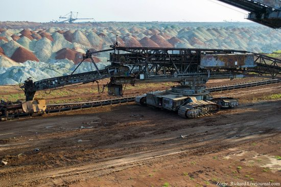 Post-apocalyptic mining machinery, Ukraine photo 13