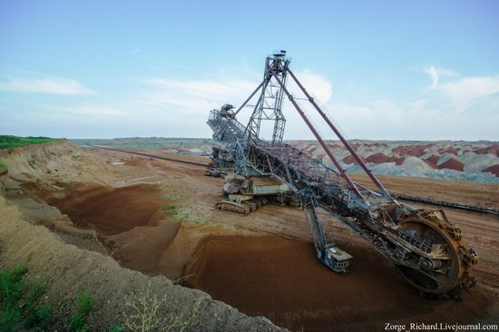 Post-apocalyptic mining machinery, Ukraine photo 15