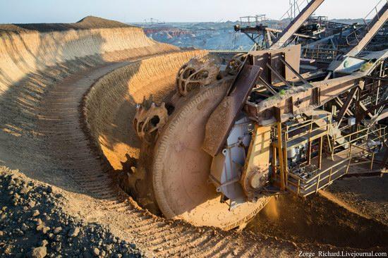 Post-apocalyptic mining machinery, Ukraine photo 17