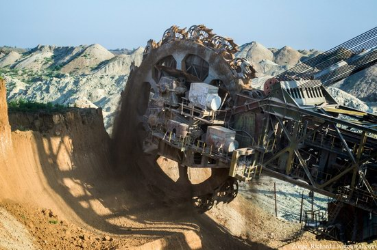 Post-apocalyptic mining machinery, Ukraine photo 18