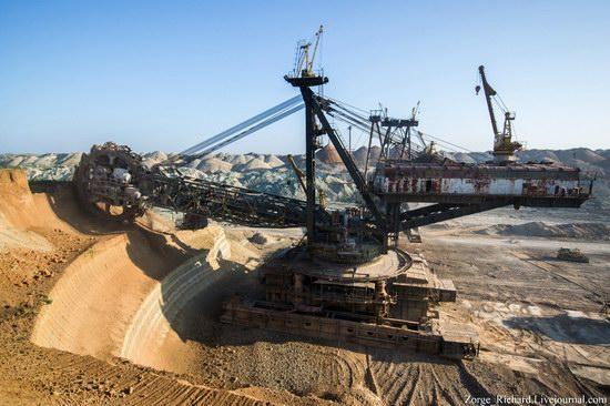 Post-apocalyptic mining machinery, Ukraine photo 19