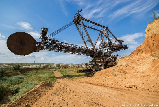 Post-apocalyptic mining machinery, Ukraine photo 2