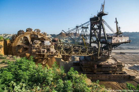 Post-apocalyptic mining machinery, Ukraine photo 20