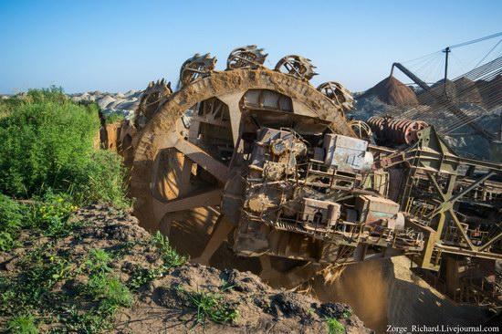 Post-apocalyptic mining machinery, Ukraine photo 21