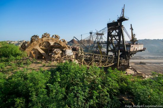 Post-apocalyptic mining machinery, Ukraine photo 22