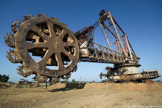 Post-apocalyptic mining machinery, Ukraine photo 23