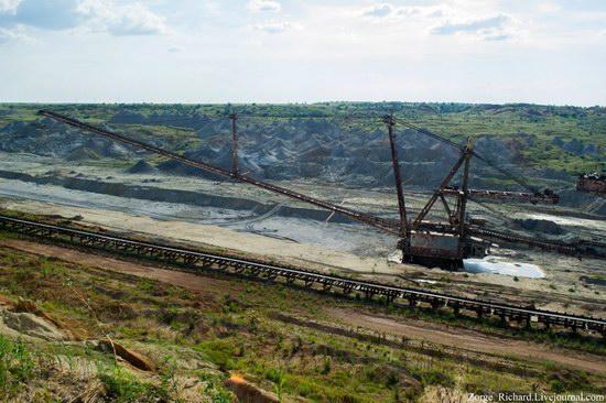 Post-apocalyptic mining machinery, Ukraine photo 4