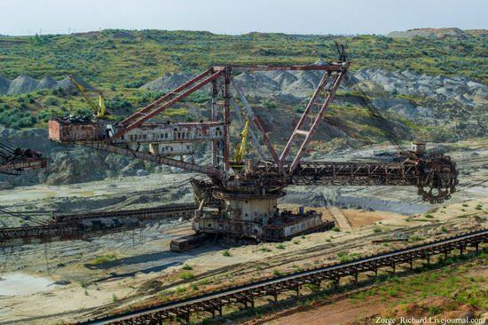Post-apocalyptic mining machinery, Ukraine photo 5