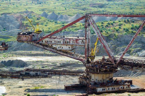 Post-apocalyptic mining machinery, Ukraine photo 6