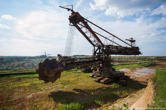 Post-apocalyptic mining machinery, Ukraine photo 7