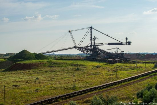 Post-apocalyptic mining machinery, Ukraine photo 9