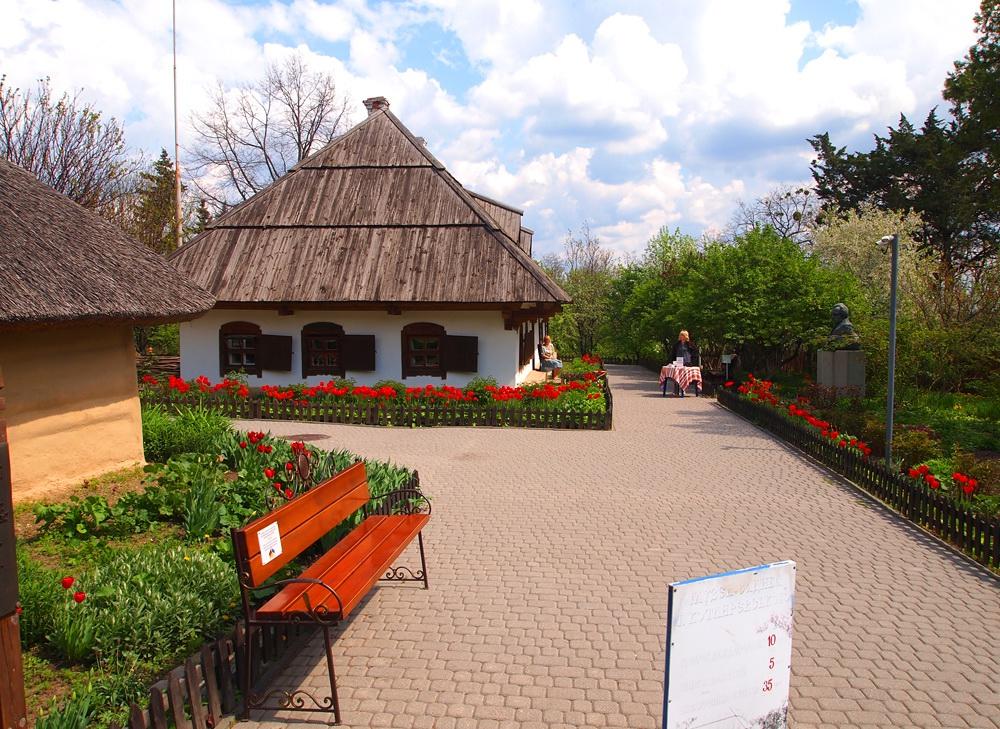 Walking through the streets of Poltava in spring · Ukraine travel