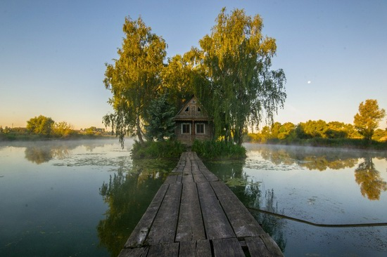Fairy-tale house in the middle of the lake near Kyiv, Ukraine, photo 11