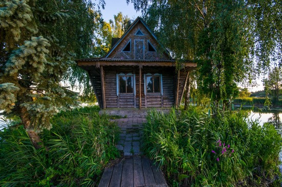 Fairy-tale house in the middle of the lake near Kyiv, Ukraine, photo 7