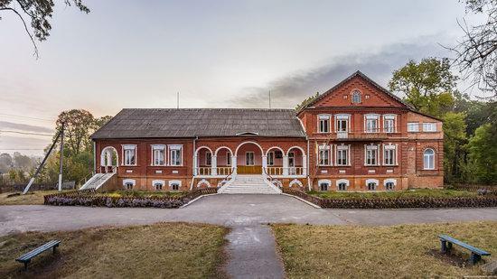 Palace of Kolonn-Chesnovsky in Bozhykivtsi, Ukraine, photo 1