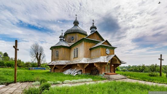 Wooden Church of St. Basil the Great in Cherche, Ukraine, photo 1
