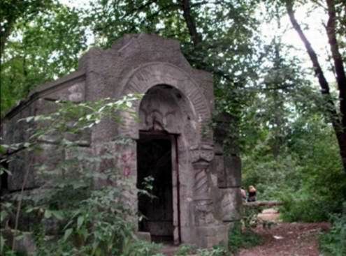Kiev secret place - Lost graveyards and half-built mental home