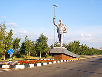Monument to metallurgists at the entrance to Mariupol