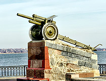 Monument Howitzer M-30 on the embankment in honor of the liberation of Nikopol during the Second World War